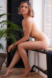 Model Amber Pearl in Poise